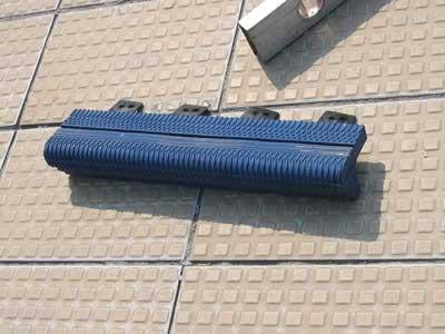 Produzione bordi antiscivolo in gomma per piscina e impianti sportivi