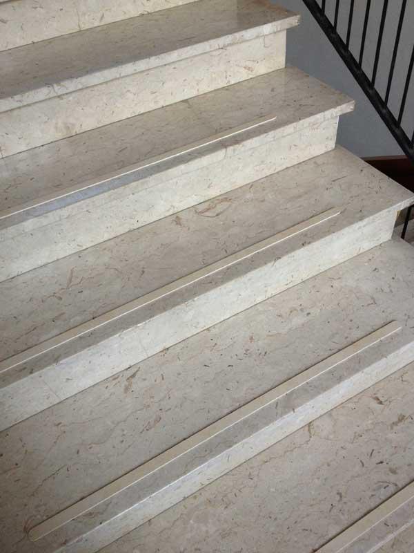 Strisce antiscivolo in gres porcellanato per pavimenti scale legno marmo - Marmo per scale ...