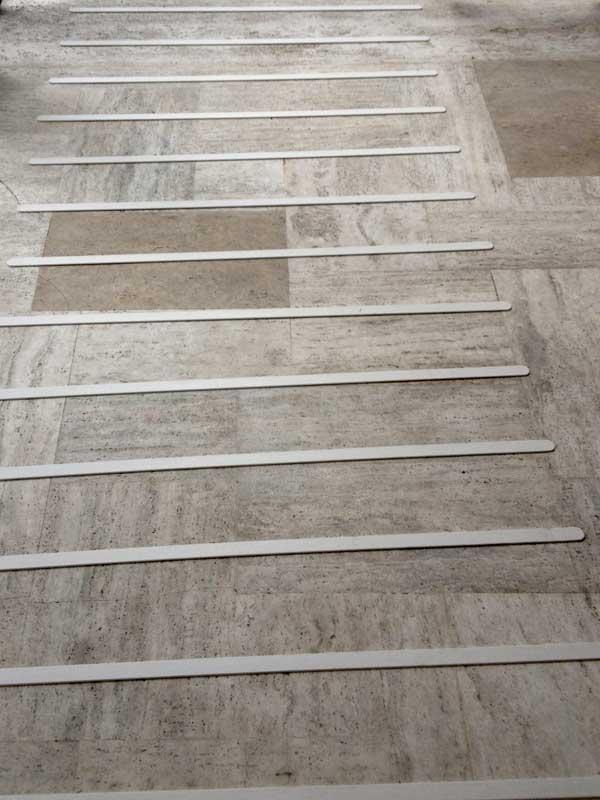 Strisce antiscivolo in gres porcellanato per pavimenti scale legno marmo - Scale gres porcellanato ...